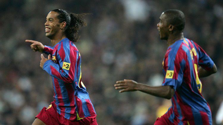 Selebrasi Ronaldinho usai mencetak gol untuk Barcelona dalam pertandingan LaLiga Spanyol kontra Real Madrid, 19 November 2005. Copyright: © Twitter Champions League