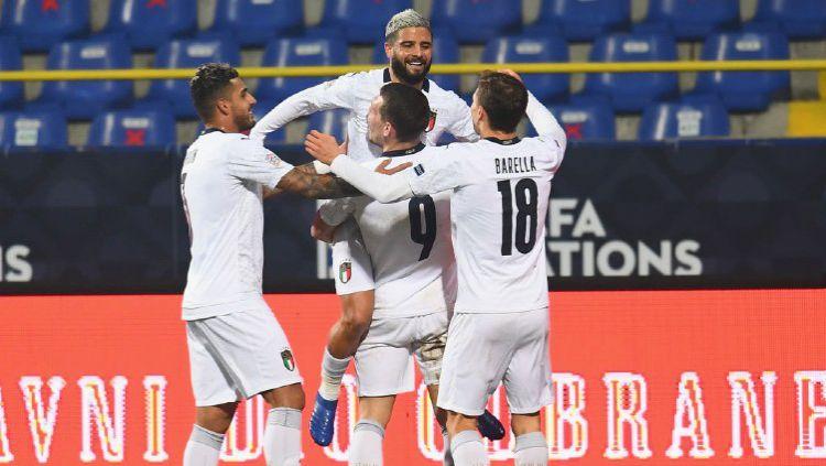Para pemain Italia merayakan gol kemenangan atas Bosnia dalam lanjutan UEFA Nations League Copyright: © Twitter @azzurri