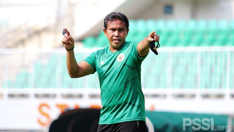 Pelatih Bima Sakti saat memimpin latihan Timnas Indonesia U-16 di Stadion Pakansari, Cibinong, Bogor. Copyright: © PSSI