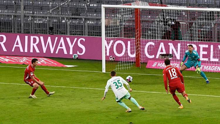 Proses gol pemain Werder Bremen, Maximilian Eggestein, ke jala Bayern Munchen dalam pertandingan Bundesliga, Sabtu (21/11/20). Copyright: © Lukas Barth-Tuttas - Pool/Getty Images