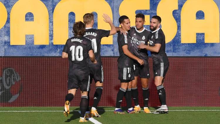 Selebrasi para pemain Real Madrid atas gol Mariano Diaz ke gawang Villarreal pada pertandingan Liga Spanyol, Sabtu (21/11/20). Copyright: © Alex Caparros/Getty Images