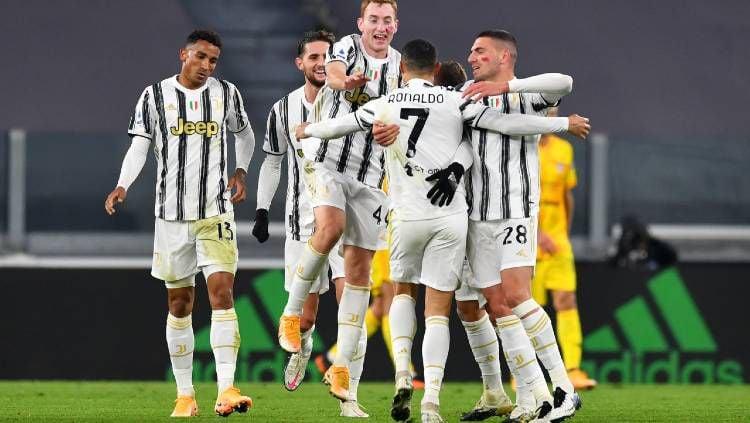 Para pemain Juventus merayakan gol Cristiano Ronaldo ke gawang Cagliari pada pertandingan Liga Italia, Minggu (22/11/20) dini hari WIB. Copyright: © Valerio Pennicino/Getty Images