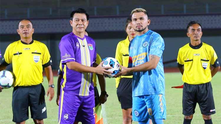 Legenda Persita Tangerang, Edy John (kedua dari kiri). Copyright: © Instagram@footballtraveler_id