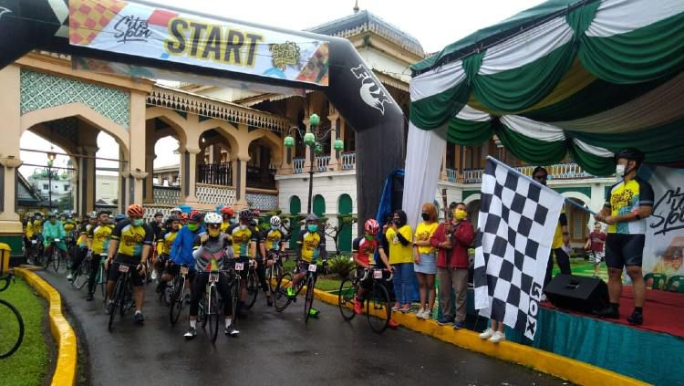 Ketua PB ISSI Raja Sapta Oktohari melepas start Tour de Deli 2020 di Istana Maimon, Medan, Minggu (22/11/20) pagi. Copyright: © Humas Pengprov ISSI Sumut