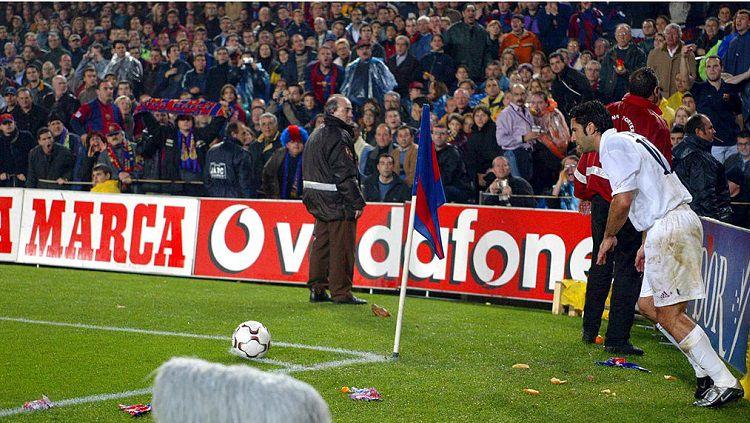 Pemandangan Luis Figo dilempar kepala babi dalam pertandingan LaLiga Spanyol kontra Barcelona, 23 November 2002. Copyright: © Twitter The Real Champs