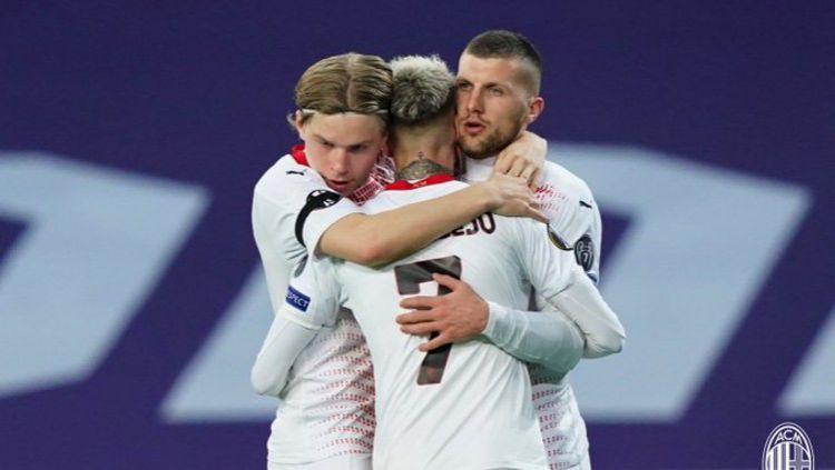 Para pemain AC Milan merayakan gol Samu Castillejo ke gawang Lille Copyright: © Twitter @acmilan