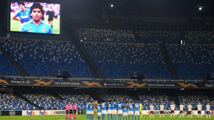 Sebelum laga dimulai, Napoli dan Rijeka mengheningkan cipta sebagai bentuk penghormatan pada mendiang Diego Maradona Copyright: © Twitter @EuropaLeague