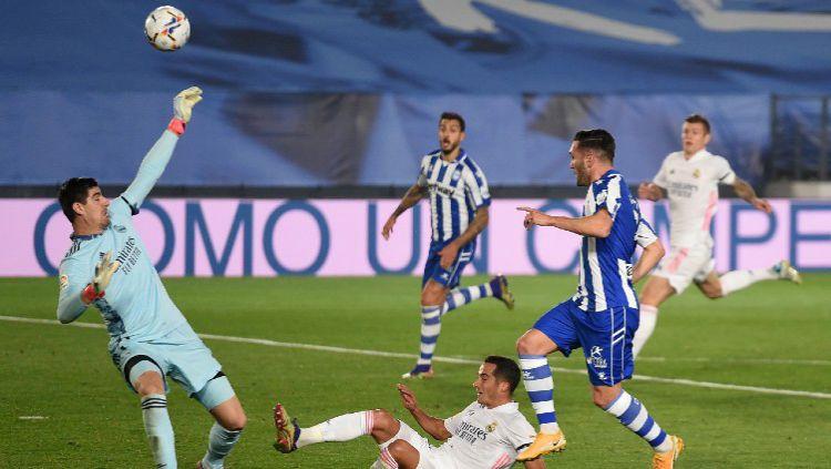 Penyelamatan gemilang Thibaut Courtois di laga Real Madrid vs Alaves dalam lanjutan LaLiga Spanyol Copyright: © Denis Doyle/Getty Images