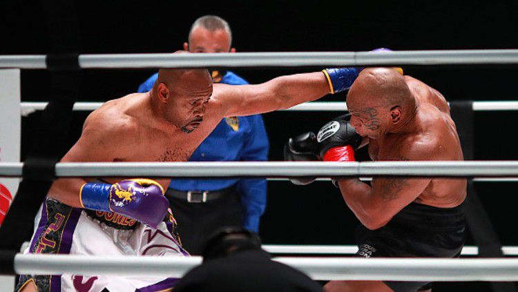 Laga Mike Tyson vs Roy Jones Jr berakhir imbang. Copyright: © (Photo by Joe Scarnici/Getty Images for Triller)