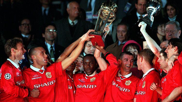 Potret selebrasi Manchester United usai dipastikan menjuarai Piala Interkontinental, 30 November 1999. Copyright: © Manchester United
