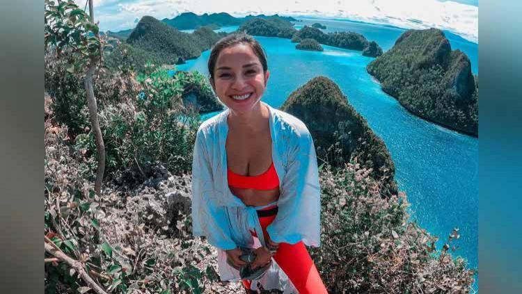 Kirana Larasati hiking di Pulau Wajag. Copyright: © Instagram@kiranalarasati