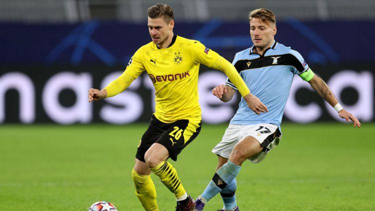 Aksi Lukasz Piszczek vs Ciro Immobile di laga Borussia Dortmund vs Lazio Copyright: © Lars Baron/Getty Images