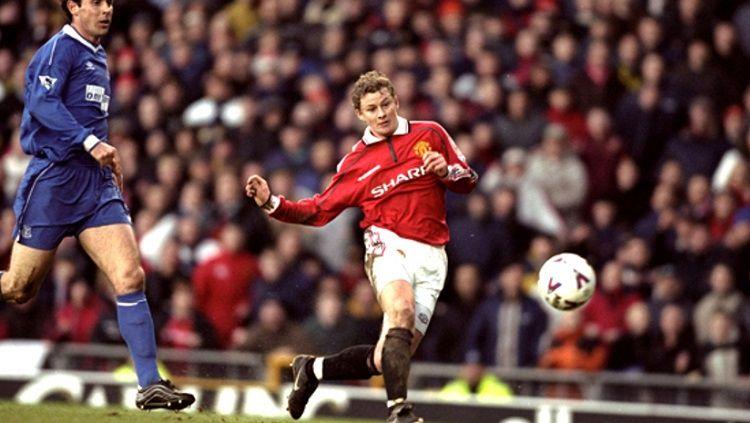 Striker Manchester United, Ole Gunnar Solskjaer, menembak bola dalam pertandingan pekan ke-16 Liga Inggris versus Everton, 4 Desember 1999. Copyright: © Manchester United