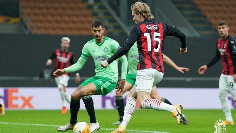 Pemain AC Milan, Jens Petter Hauge, menendang bola saat menghadapi Celtic di ajang Liga Europa 2020-2021, Jumat (04/12/20). Copyright: © Twitter @acmilan