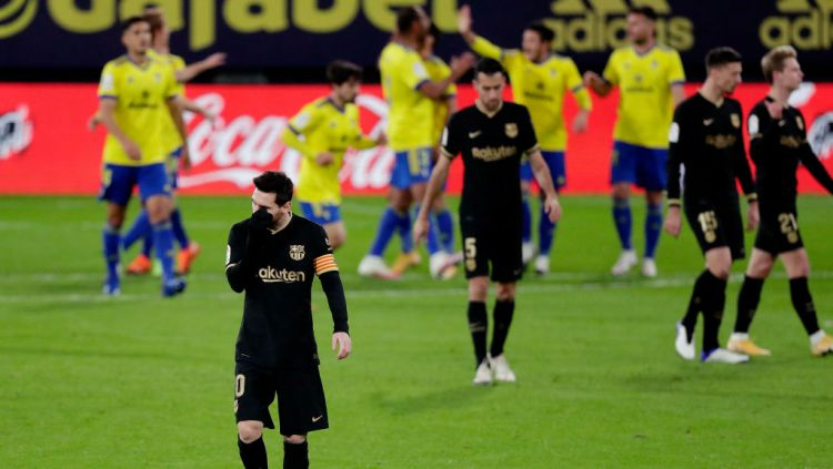 Lionel Messi tertunduk lesu dalam laga Cadiz vs Barcelona Copyright: © David S. Bustamante/Soccrates/Getty Images