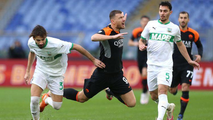 Edin Dzeko dilanggar dalam laga AS Roma vs Sassuolo Copyright: © Paolo Bruno/Getty Images