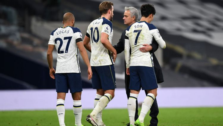 Harry Kane dan Son Heung-min memeluk Jose Mourinho Copyright: © Neil Hall - by Pool/Getty Images