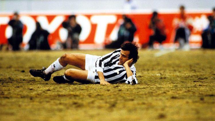 Gaya ikonik Michel Platini dalam pertandingan Piala Interkontinental antara Juventus vs Argentinos Jr, 8 Desember 1985. Copyright: © Juventus