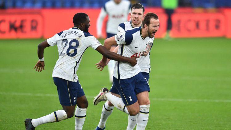 Harry Kane selebrasi usai cetak gol. Copyright: © Glyn Kirk - Pool/Getty Images