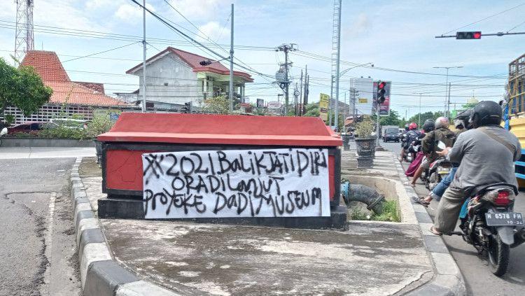 Banner tulisan keinginan suporter PSIS yang ingin di tahun 2021 kembali ke Jatidiri. Copyright: © Alvin Syaptia/INDOSPORT