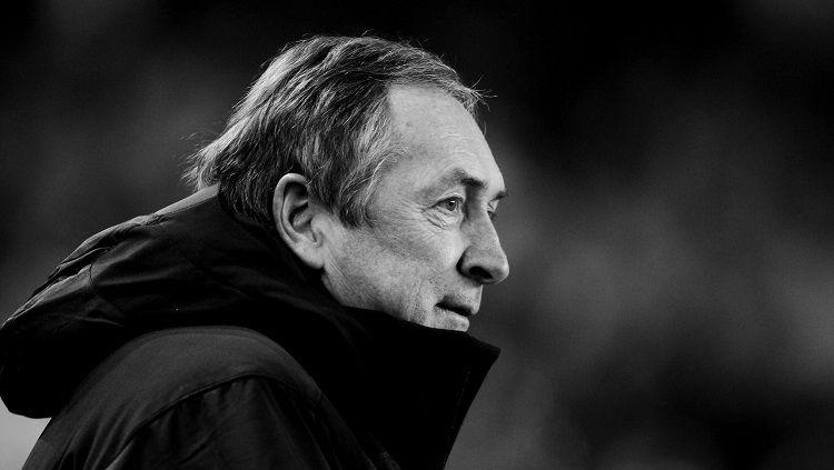 Kabar duka kembali datang dari dunia sepak bola. Eks manajer Liverpool, Gerard Houllier, meninggal dunia dalam usia 73 tahun, Senin (14/12/20). Copyright: © Twitter @LFC