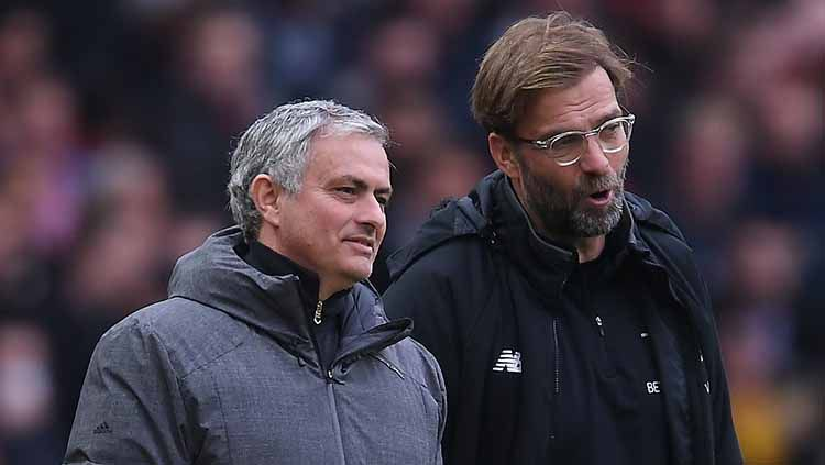 Jose Mourinho dan Jurgen Klopp, dua pelatih di Liga Inggris yang sedang dalam sorotan. Copyright: © Laurence Griffiths/Getty Images