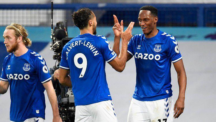 Yerry Mina dan Dominic Calvert-Lewin merayakan gol ke gawang Arsenal. Copyright: © twitter.com/Everton