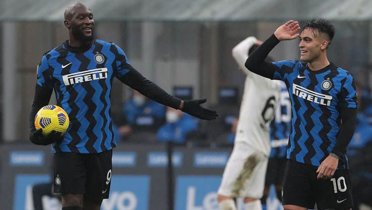 Romelu Lukaku dan Lautaro Martinez di laga Inter Milan vs Spezia. Copyright: © Emilio Andreoli - Inter / Inter via Getty Images
