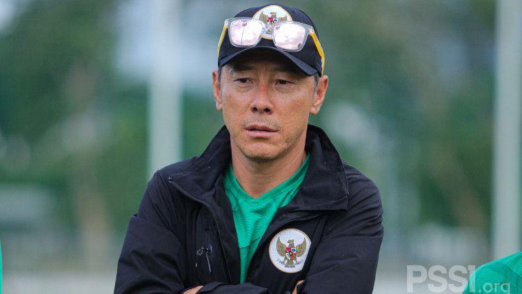 Pelatih Timnas Indonesia, Shin Tae-yong melihat kekalahan Ansan Greeners di laga K League 2 lawan Jeonnam Dragons. Ia pun berkata sesuatu ke Asnawi Mangkualam pasca laga. Copyright: © PSSI