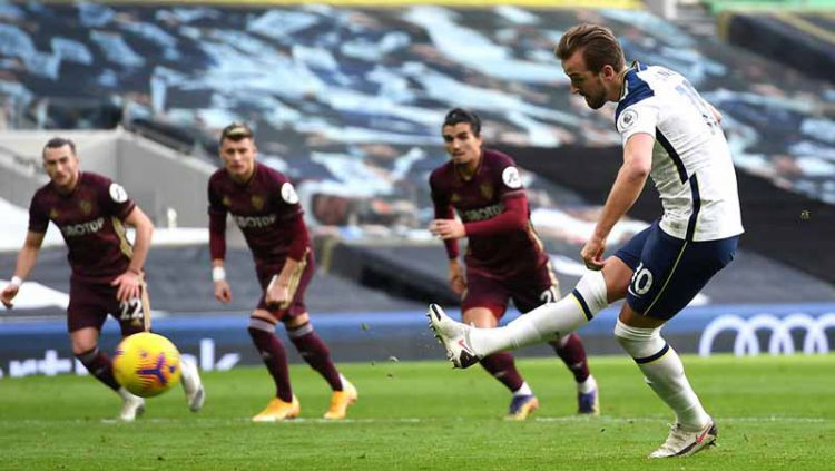 Harry Kane mencetak gol pertama untuk timnya dari titik penalti pada pertandingan Liga Premier di Stadion Tottenham Hotspur, London. Copyright: © Andy Rain/PA Images via Getty Images