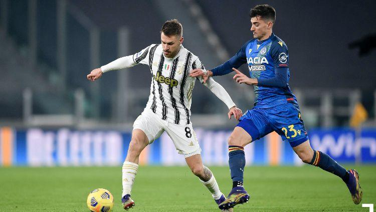 Gelandang Juventus, Aaron Ramsey Mempertahankan Bola dari Pemain Udinese Copyright: © twitter.com/juventusfcen