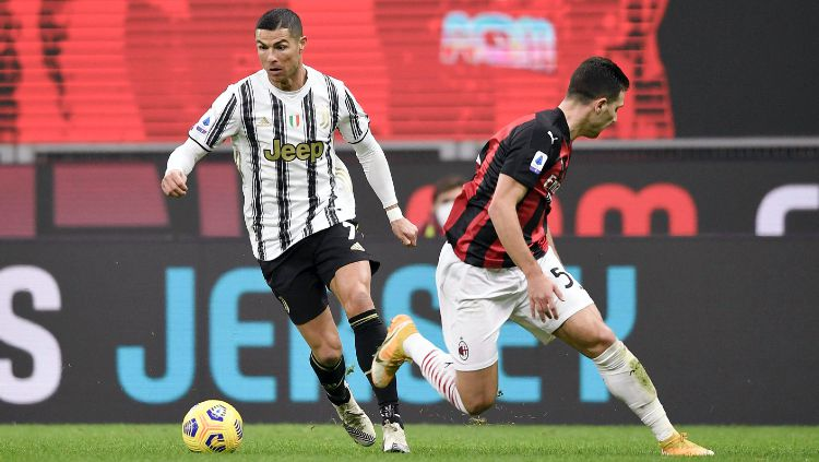 Pemain Juventus, Cristiano Ronaldo Saat Melewati Pemain AC Milan Copyright: © twitter.com/juventusfcen
