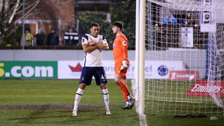 Carlos Vinicius saat berselebrasi merayakan golnya dalam laga Marine vs Tottenham Hotspur Copyright: © Twitter @SpursOfficial