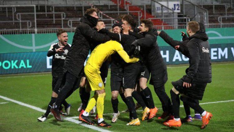 Perayaan kemenangan para pemain Holstein Kiel atas Bayern Munchen Copyright: © Twitter @Holstein_Kiel
