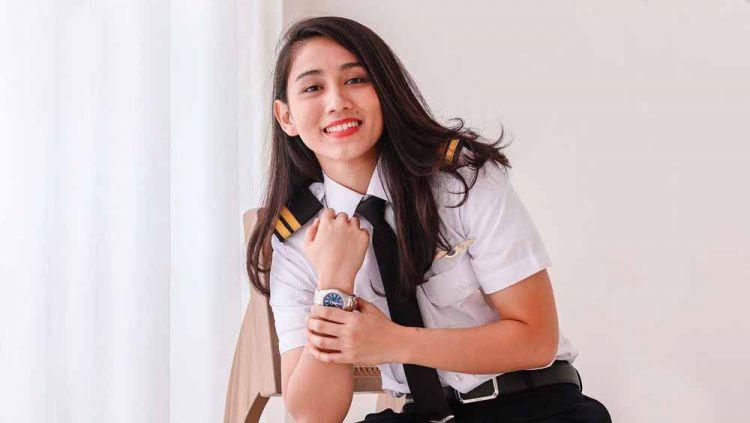 Pilot cantik bernama Athira Farina yang dijodohkan dengan anak Maia Estianty, El Rumi, ternyata hobi bersepeda. Copyright: © Instagram@athirafarina