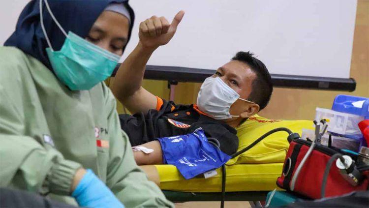 Bek Persija, Ismed Sofyan saat mengikuti acara donor darah bersama Jakmania di Jakarta. Copyright: © Khairul Imam/Persija