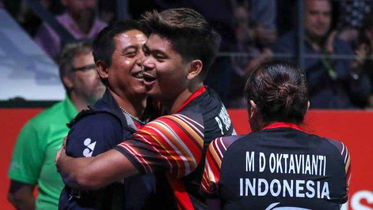 Pelatih ganda campuran Indonesia, Nova Widianto (kiri) bersama Praveen Jordan dan Melati Daeva Oktavianti. Copyright: © djarumbadminton/PBSI