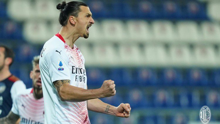 Selebrasi Zlatan Ibrahimovic usai mencetak gol ke gawang Cagliari Copyright: © twitter.com/acmilan