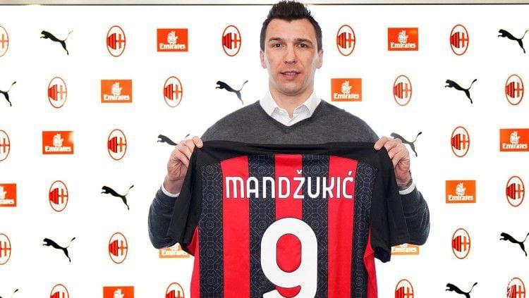 Resmi bergabung dengan AC Milan, Mario Mandzukic melemparkan pesan khusus untuk mantan klubnya, Juventus, yang jadi rival Rossoneri di Serie A Italia. Copyright: © twitter.com/acmilan