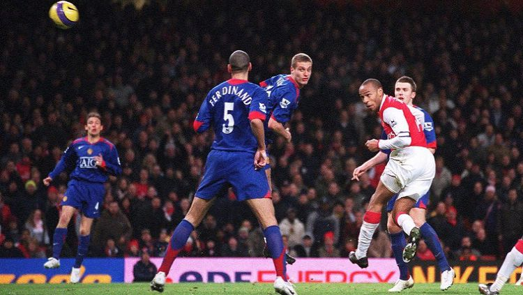 Striker legendaris Arsenal, Thierry Henry, menyundul bola dalam pertandingan Liga Inggris kontra Manchester United, 21 Januari 2007. Copyright: © Arsenal