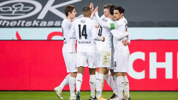 Skuat Borussia Monchengladbach merayakan gol ke gawang Borussia Dortmund Copyright: © twitter.com/borussia