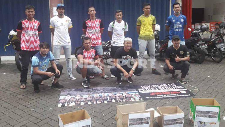 Dokjreng FC menggalang dana bantuan bencana ke jalan. Copyright: © Ian Setiawan/INDOSPORT