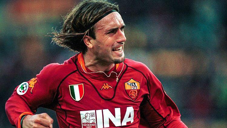 Selebrasi gol striker legendaris AS Roma, Gabriel Batistuta, dalam pertandingan Serie A Italia 2001-2002. Copyright: © Twitter Calcio Goats