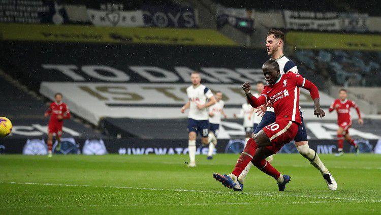 Sadio Mane saat mencetak gol di laga Tottenham Hotspur vs Liverpool Copyright: © twitter.com/LFC