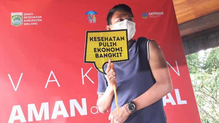 Striker Arema FC, Dedik Setiawan, menjadi wakil atlet dalam vaksinasi yang digelar Pemkab Malang. Copyright: © Ian Setiawan