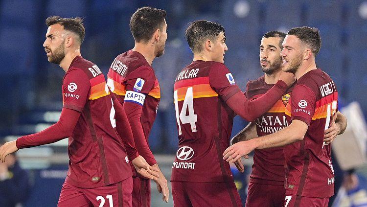 Berikut hasil pertandingan Serie A Italia antara AS Roma vs Hellas Verona. Tampil tanpa Edin Dzeko, Roma menang dan kembali ke peringkat 3 menggusur Juventus. Copyright: © Twitter @ASRomaEN