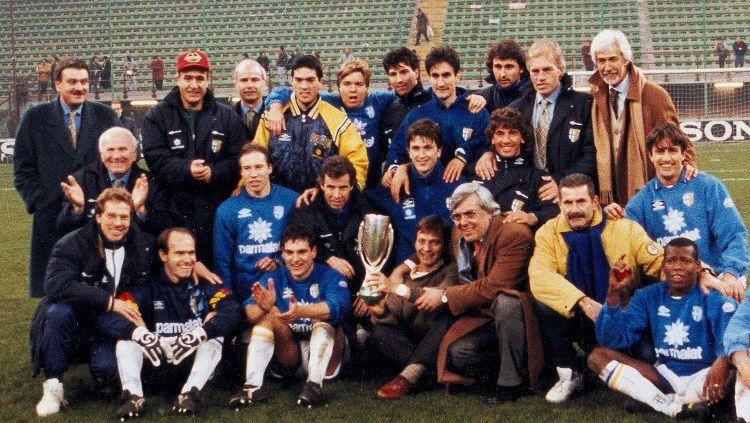 Segenap elemen Parma merayakan keberhasilan merengkuh Piala Super Eropa, 2 Februari 1994. Copyright: © Parma Calcio