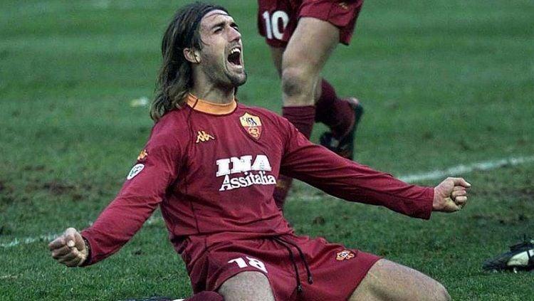 Selebrasi Gabriel Batistuta usai mencetak gol kemenangan AS Roma dalam pertandingan Serie A Italia kontra Parma, 3 Februari 2001. Copyright: © Forza Roma