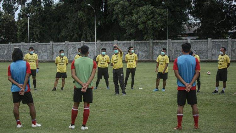 Sebanyak 19 pemain mengikuti latihan perdana Bali United di Lapangan Karya Manunggal, Sidakarya, Denpasar, Senin (08/02/21) sore. Copyright: © Bali United