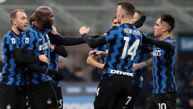 Inter Milan kokoh di puncak klasemen Serie A Italia dengan keunggulan 3 poin usai menekuk AC Milan 3-0. Namun ada 3 hal yang bisa gagalkan mereka menjadi juara. Copyright: © twitter.com/Inter_en